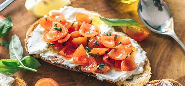 Brot mit Frischkäse und Tomaten