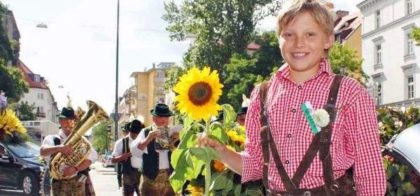Junge mit Sonnenblume beim Gärtnerjahrtag