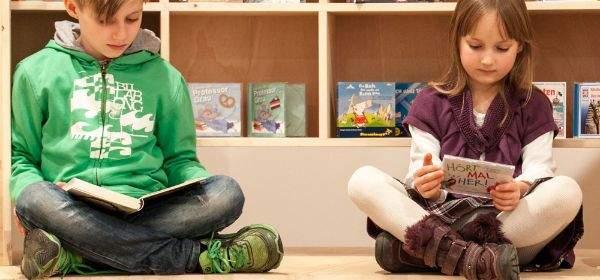 Kinder auf der Bücherschau junior beim Lesen