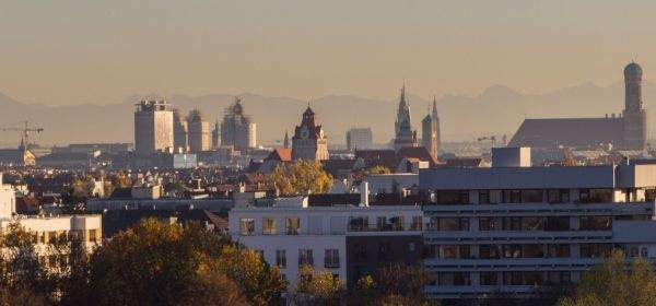 Aussicht vom Luitpoldhügel auf Frauenkirche und Neues Rathaus und Alpen