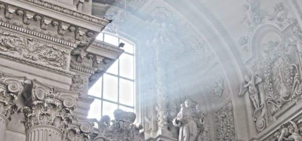 Licht scheint durch ein Kirchenfenster