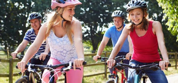 Familie mit Teenagern macht einen Fahrradausflug