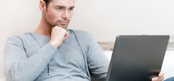 Mann mit Laptop
