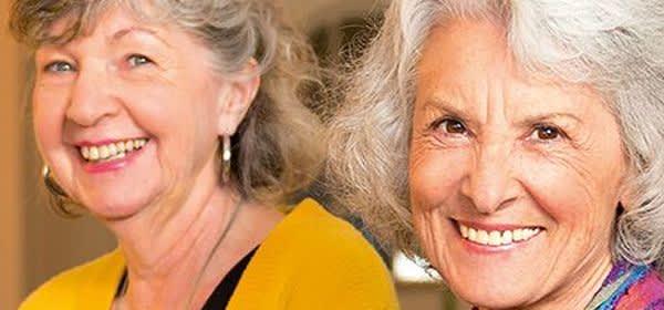 Zwei Seniorinnen lächeln