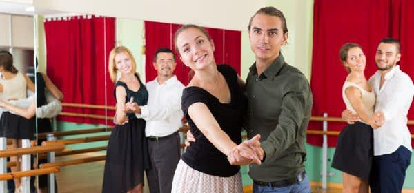 Tanzpaare üben im Studio