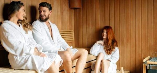 Drei Leute entspannen in der Sauna