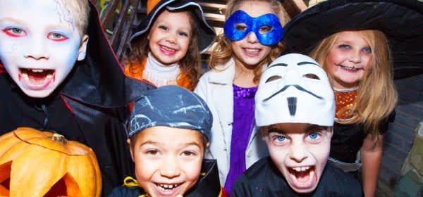 Verkleidete Kinder an Halloween