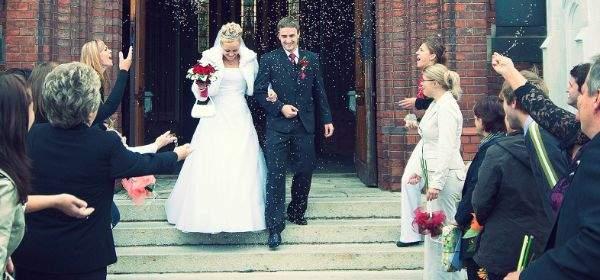 Hochzeitspaar im Konfettiregen