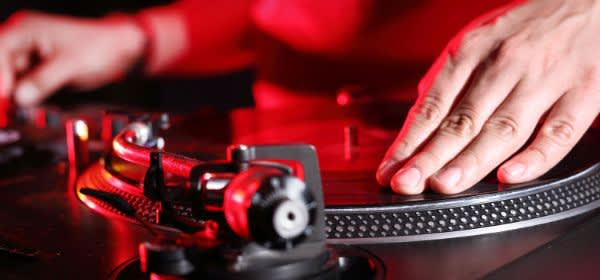 DJ an Turntables