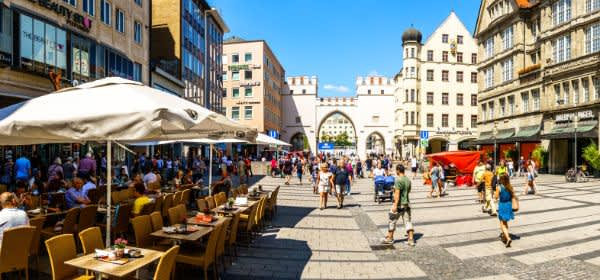 Die Fußgängerzone im Sommer mit dem Karlstor