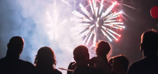 Gebannte Zuschauer bei Feuerwerk