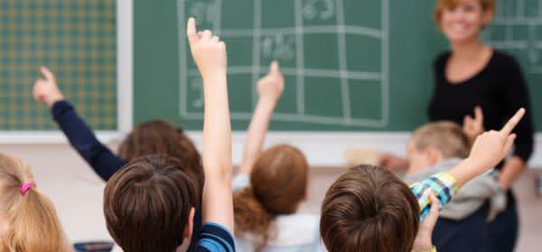 Schüler melden sich auf Frage der Lehrerin