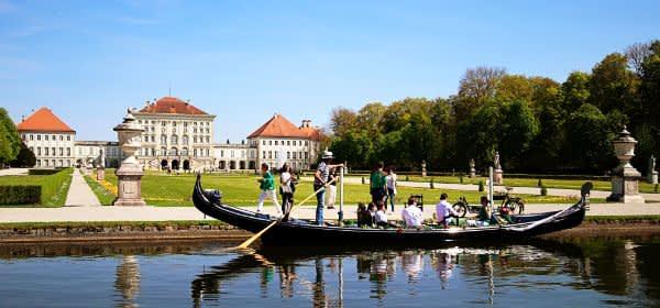 Eine Gondel vor Schloss Nymphenburg