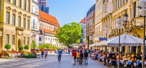 Die Fußgängerzone in der Neuhauser Straße im Sommer
