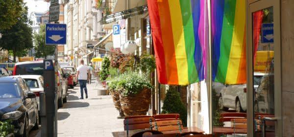 Regenbogenfahne in der Hans-Sachs-Straße zum Christopher Street Day