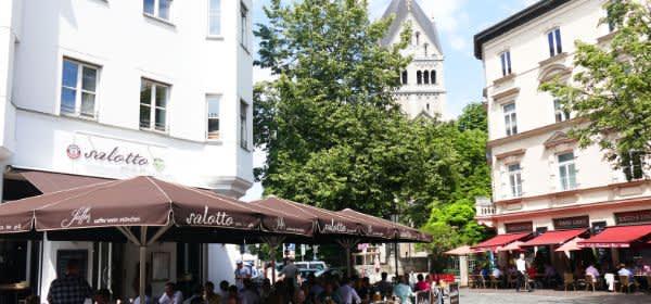 Der St.-Anna-Platz im Lehel im Sommer