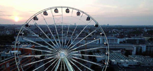 Das Riesenrad Hi-Sky vor der Münchner Skyline