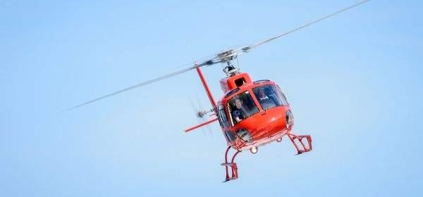 Hubschrauber vor blauem Himmel