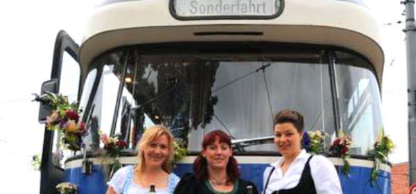 Drei Damen vor der Party Tram