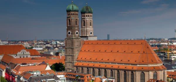 Frauenkirche vor Münchner Panorama