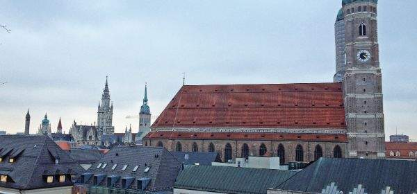 Aussicht von der Dachterrasse des Bayerischen Hofs auf die Frauenkirche