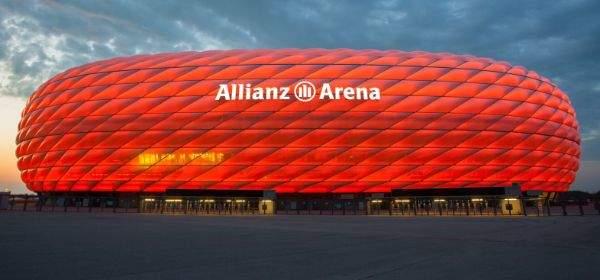 Die rote Allianz Arena in der Abenddämmerung