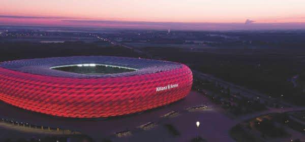 Die Allianz Arena in der Abenddämmerung