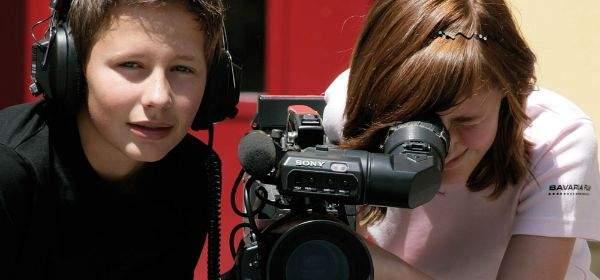 """Kinder beim """"Filmenden Klassenzimmer"""" in der Bavaria Filmstadt"""