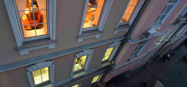 Hausfassade mit erleuchteten Fenstern
