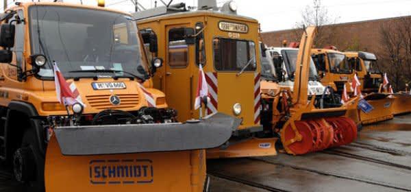 Die Fahrzeuge für den Winterdienst in München stehen aufgereiht da.