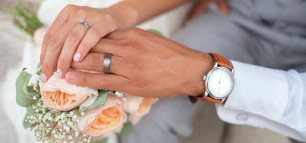 Händchenhaltendes Ehepaar