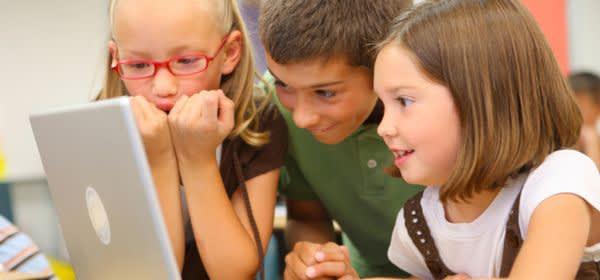 Grundschüler mit Laptop