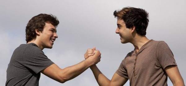 Handschlag zweier Jungs