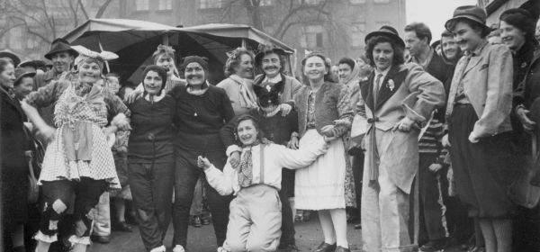 Kostümierte Marktfrauen feiern beim Tanz der Marktfrauen im Februar 1952 auf dem Viktualienmarkt.