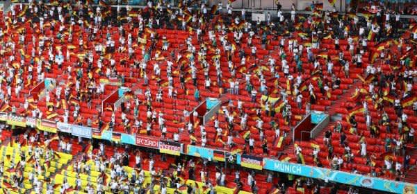 Der deutsche Fanblock beim Spiel Deutschland gegen Portugal in der Münchner Fußball Arena.