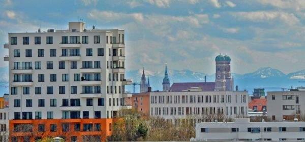 München-Panorma mit modernem Hochhaus und Frauenkirche