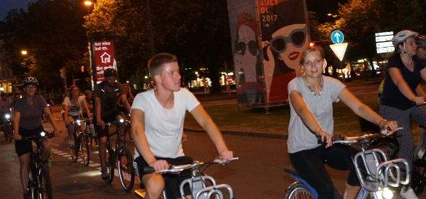Leute fahren Fahrrad