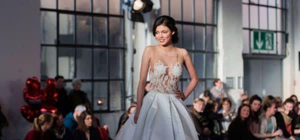Model im Hochzeitskleid