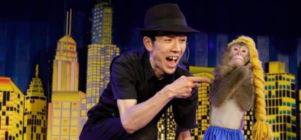 Affendresseur Yayushi performt mit Affe Hiroshi Nikkō Saru Gundan Theater bei Tokio