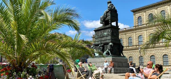 Relaxen unter Palmen auf dem Max-Joseph-Platz