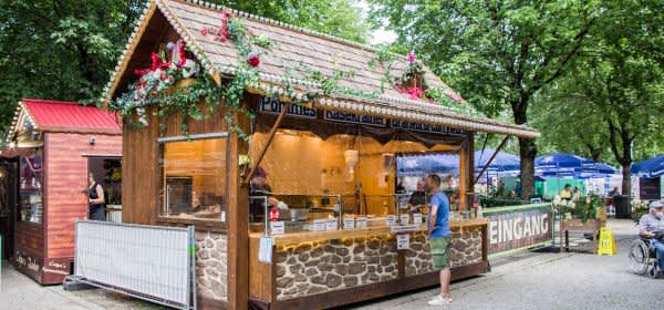 Essensbude am Orleansplatz beim Sommer in der Stadt