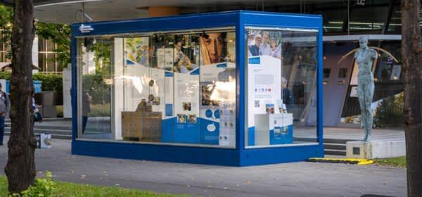 """Glaskubus mit der Ausstellung """"20 Jahre Euro Bargeld"""" der Bundesbank"""