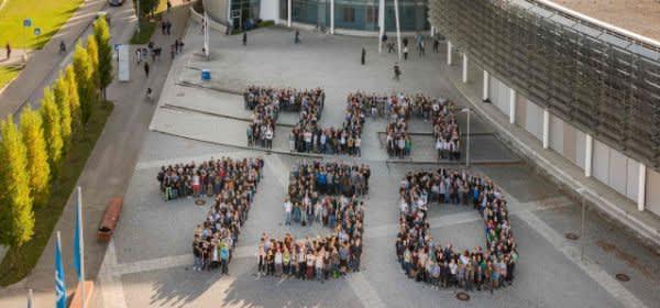 Studenten bilden den Schrifzug 150 TUM am Campus Garching vor dem Fakultätsgebäude Maschienenwesen