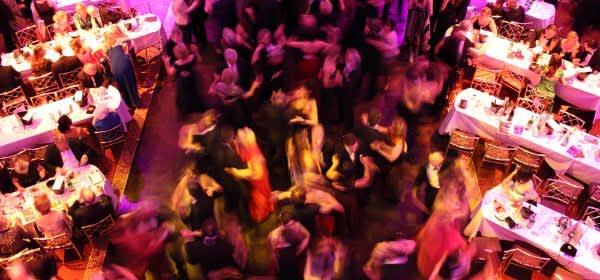 bunt beleuchtete Tanzfläche mit tanzenden Gästen