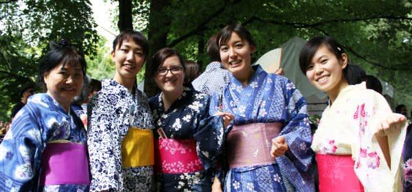 Das Japanfest am Japanischen Teehaus im Englischen Garten in München entführt Besucher in das Land der untergehenden Sonne.
