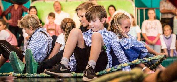 Kinder auf dem Teufelsrad auf dem Oktoberfest