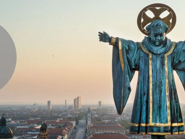 Münchner Kindl vor Blick über die Stadt