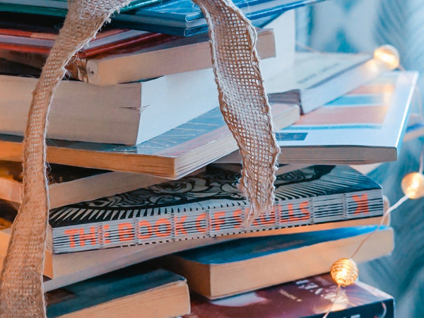 Bücherstapel im Wohnzimmer