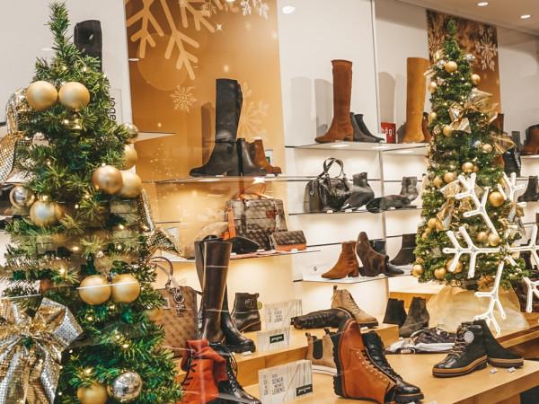 Weihnachtliches Schaufenster Tretter Schuhe Filiale in der Neuhauser Straße