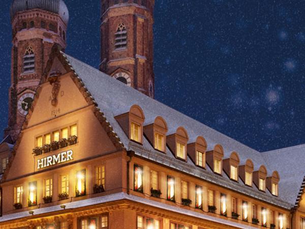 Hirmer weihnachtlich beleuchtet vor der Frauenkirche